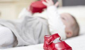 Приучение ребенка к обуви: первые ботинки для малыша