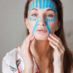 Стереть 10 лет с лица: как убрать морщины с помощью… клейкой ленты