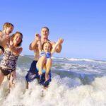 Почему стоит ездить к морю с маленьким ребенком осенью