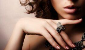 Подбираем ювелирные украшения к вечернему наряду: основные правила