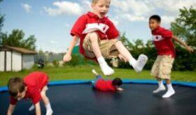 С какой детской площадки детей не вытянешь за уши? С той, где есть батуты!