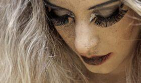 Разошлись во взглядах: антитренды макияжа глаз, которые нравятся мужчинам